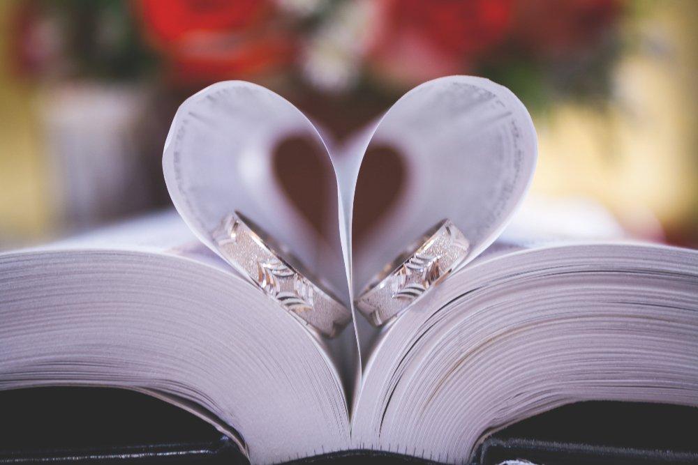 Livre ouvert et anneaux de mariage