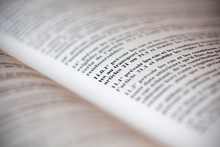 Livre ouvert, avec texte à teneur légale.